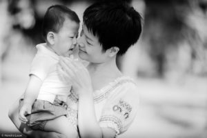 Black and white family photography by Hendra Lauw